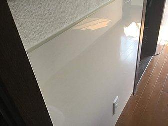 大分市で室内壁面のクロス貼り替えとパネル張りの施工を行いました。
